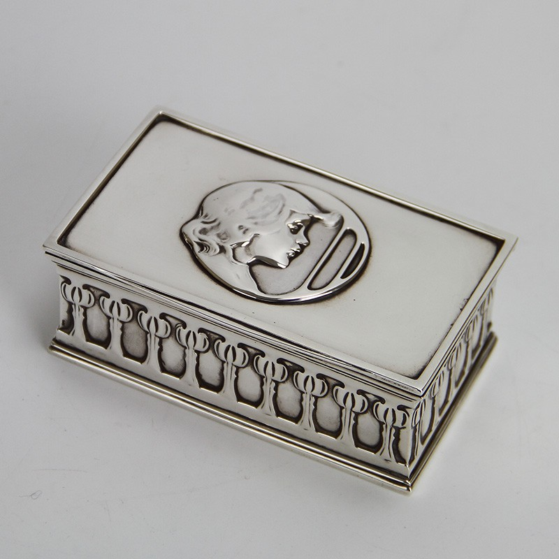 William Hutton Arts and crafts Silver cigarette box designed by Kate Harris. 1901.